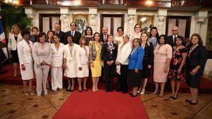 Presidente Medina y  ministra entregan la Medalla al Mérito de la Mujer a 14 dominicanas destacadas.
