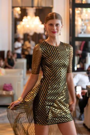 Modelo luce creación del diseñador colombiano Raúl Peñaranda, durante un desfile de su colección de alta costura primavera-verano 2022, en Nueva York, EE.UU.