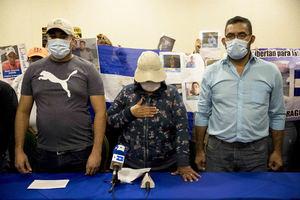Carlos Gutiérrez, Marta Ullia, Rodrigo Navarrete familiares de presos políticos participan en una conferencia de prensa hoy, 21 de octubre de 2020, en Managua, Nicaragua.