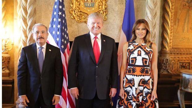 El presidente dominicano, Danilo Medina, junto al presidente de Estados Unidos, Donald Trump, y la primera dama de ese país norteamericano, Melania Trump.