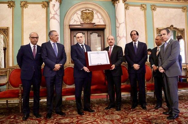 Medina impone Orden del Mérito Duarte, Sánchez y Mella a representante PNUD