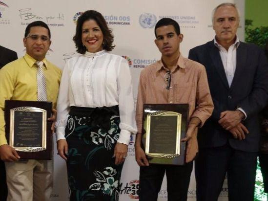 Vicepresidencia premia ganadores del concurso Pintura Joven por los Valores
