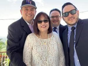 JR Román junto a su esposa Candy Román y sus hijos.