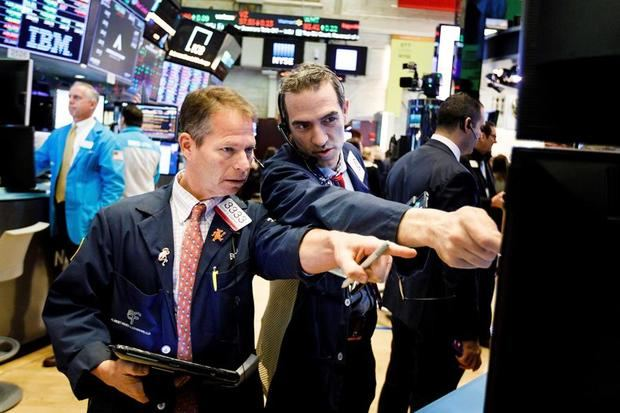 Comerciantes trabajan en Wall Street en Nueva York, Estados Unidos.