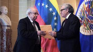 El enviado del líder opositor Juan Guaidó, Gustavo Tarre (i), entrega sus cartas credenciales al secretario general de la Organización de Estados Americanos (OEA), Luis Almagro (d), durante un acto este miércoles en la sede del organismo, en Washington (EE.UU.)