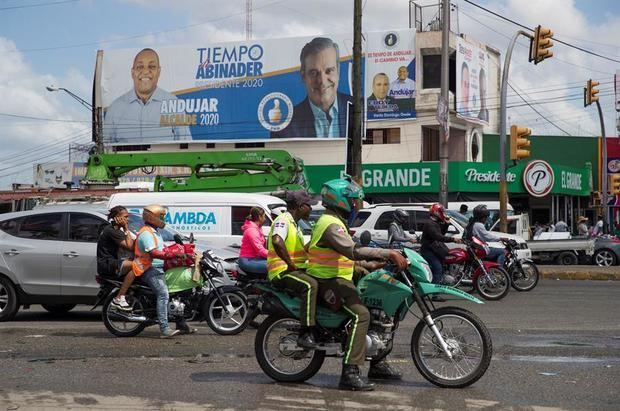 Vista general de una calle con publicidad política. Las campañas electorales para las elecciones municipales dominicanas del próximo domingo concluyeron el pasado  jueves tras algo más de tres meses de jornadas por la conquista de 3,849 cargos en los 158 municipios del país.