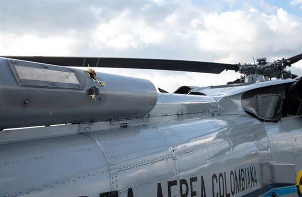 Fotografía cedida este viernes por la presidencia de Colombia que muestra los impactos de bala en el helicóptero en el que viajaba el presidente de Colombia, Iván Duque, hoy, en Cúcuta (Colombia).