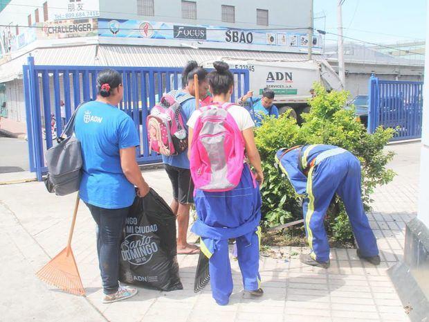 Miembros del Ayuntamiento en limpieza del Mercado de Villa Consuelo.