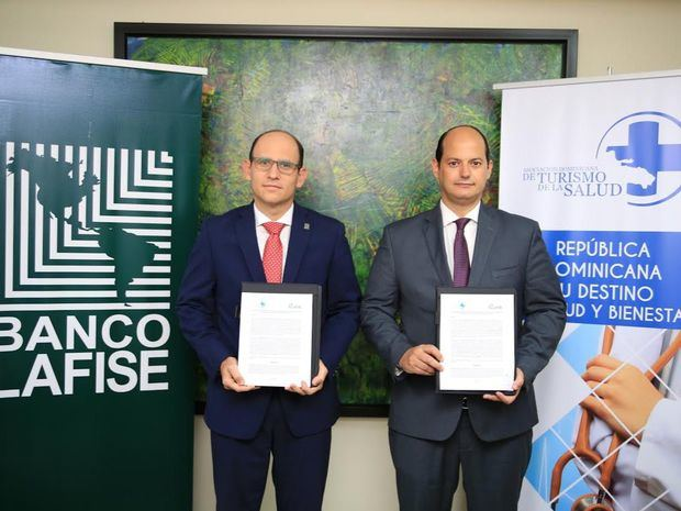 Sr. Edgar Iván Del Toro Toral, gerente general de Banco Múltiple LAFISE, Sr. Adolfo Alejandro Cambiaso Rathe, presidente de la Asociación Dominicana de Turismo para la Salud.