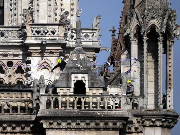 Bomberos de París en la fachada lateral de Notre Dame.
