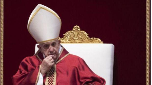 El papa Francisco preside la ceremonia de la Pasión del Señor en el marco de las celebraciones por el Viernes Santo, en la Basílica de San Pedro, en el Vaticano.