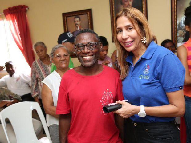 Despacho de la Primera Dama beneficia a residentes de Villa Montellano