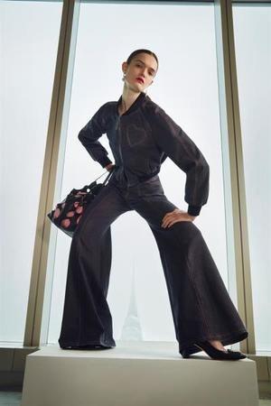 Fotografía cedida este martes por Carolina Herrera donde aparece una modelo luciendo un diseño de la colección otoño-invierno 2021 de dicha casa de moda, en Nueva York (Estados Unidos).