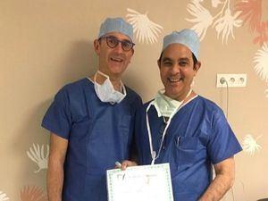 Doctor Pedro Garcian, del Centro de Urología, Andrología y Peli-perinología Alphonse de Saintonge, entrega certificación al Dr. Pablo Mateo.