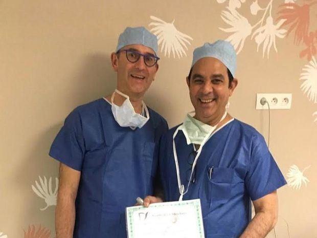 Urólogo Pablo Mateo recibe certificación para operar primer robot portátil