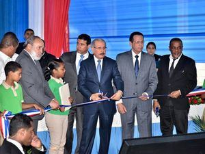 El Presidente Danilo Medina acompañado del ministro de Educación, Antonio Peña Mirabal, inaugura los centros educativos. (Foto:Cortesía).