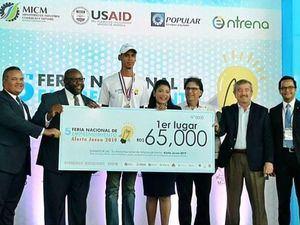 El joven Frankely Paulino Román mientras recibe su premio. (Foto:Cortesía).