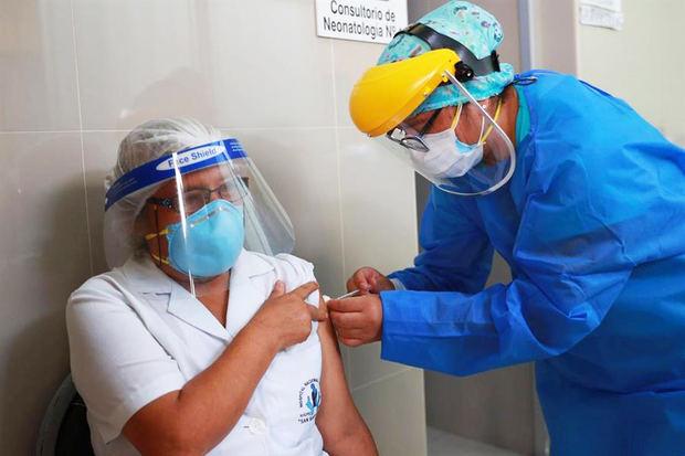 Con su presidente a la cabeza, Perú inicia la vacunación contra la covid-19