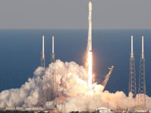 SpaceX lanza un cohete con una cápsula Dragon que lleva suministros para la EEI
