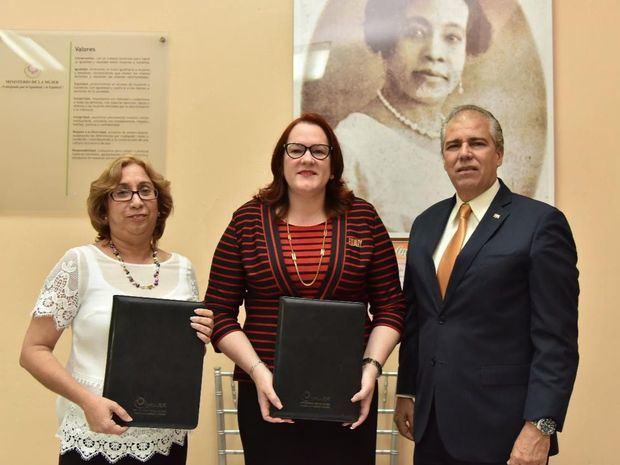 Graciela Morales, presidenta de la Fundación Nicolas Guillén, Janet Camilo, ministra de la mujer y Carlos Jesús de la Nuez, embjador de Cuba en RD. (Foto:Cortesía).
