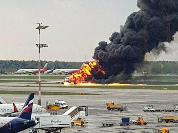 Al menos 41 muertos tras aterrizar de emergencia un avión de pasajeros en llamas en Moscú. (Foto:Fuente Externa).