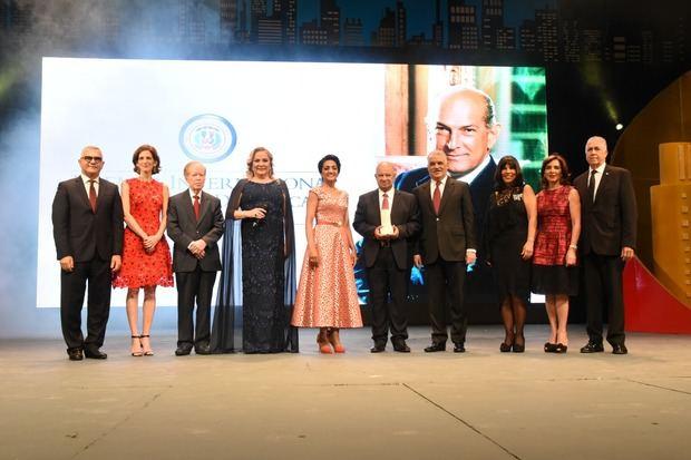 """Canciller Miguel Vargas entrega """"Premio Internacional al Emigrante Dominicano Sr. Óscar de la Renta"""""""