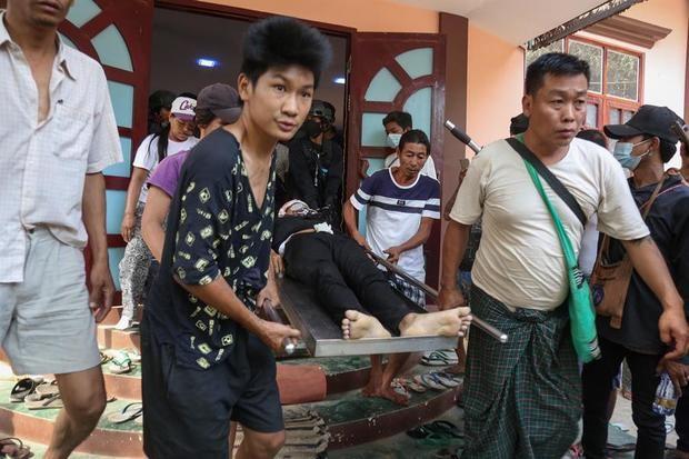 El cuerpo sin vida de Hein Thant, de 18 años, quien recibió un disparo en la cabeza, es trasladado durante una protesta contra el golpe militar en Mandalay, Birmania.