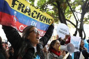 Un grupo de manifestantes fue registrado este jueves al gritar consignas, durante una protesta organizada por el colectivo 'Fridays for Future' en contra de la técnica extractiva del fracking, en Bogotá, Colombia.