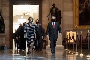 Secretaria de la Cámara Cheryl Johnson (i) junto con el Sargento de Armas Interino Tim Blodgett (d) y el Representante Jamie Raskin (C), dirigir a los gerentes de juicio político de la Cámara Demócrata mientras caminan por el Statuary Hall en el Capitolio.