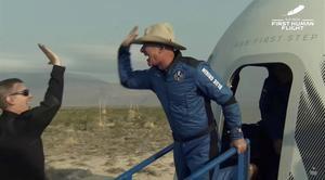 Captura de un video facilitada este martes por Blue Origin en la que se registró al multimillonario estadounidense Jeff Bezos (d), al abandonar una cápsula de Blue Origin New Shepard, luego de un viaje al espacio.