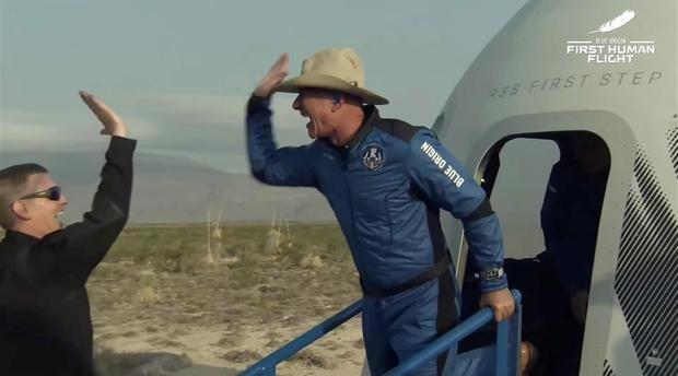 Jeff Bezos llega al espacio en el