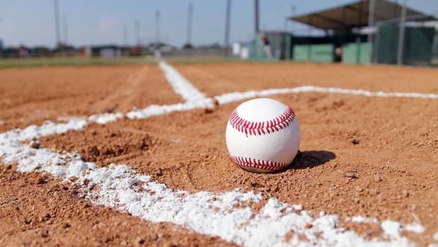 La liga de béisbol dominicana prohíbe escupir y pide evitar los abrazos
