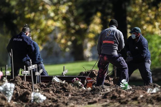 Luto en Latinoamérica, la región con más muertes diarias relativas por covid-19