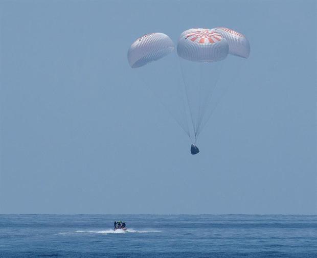 Fotografía cedida por la NASA que muestra la cápsula Dragon Endeavour de SpaceX mientras aterriza