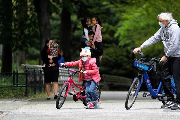 Padres con sus hijos en Central Park en Nueva York, Estados Unidos.