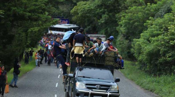 Caravana migrante hondureña sigue hacia EE.UU. con la amenaza de Trump