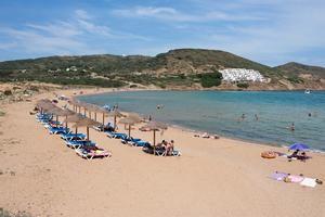 Turistas disfrutan en la cala Tirant en el litoral norte de Menorca.