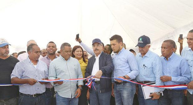 Presidente Medina entrega granja porcícola en La Romana