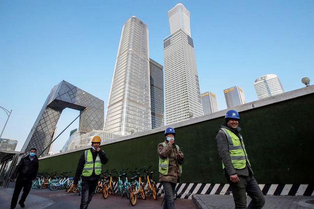 La Comisión Nacional de Sanidad de China informó hoy de que el país asiático diagnosticó 118 nuevos casos de la covid-19 este lunes, de los cuales 106 fueron por contagio local.