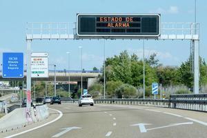 Finaliza el Estado de Alarma en España, lo que supone el fin del toque de queda en la mayoría de España y la supresión de los cierres perimetrales, pero se mantendrán la obligatoriedad del uso de la mascarilla y el control de los aforos, entre otras restricciones.