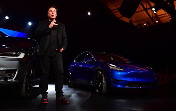 Su empresa Tesla, diseña componentes para la propulsión de vehículos eléctricos y  baterías para el almacenamiento de energía así como vehículos 100% eléctricos