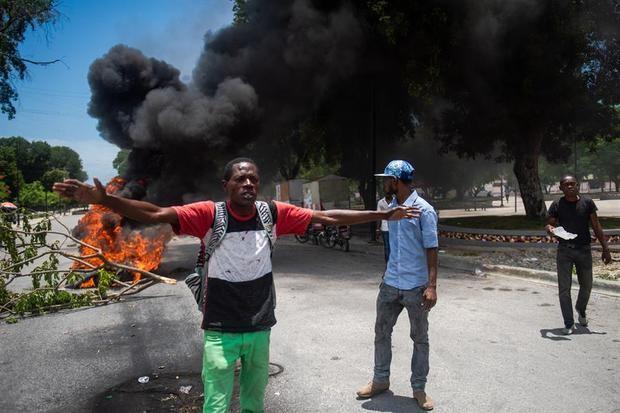 Manifestantes que denuncian el clima de inseguridad que se vive en el país, se reúnen en las cercanías del Ministerio de Justicia y Seguridad Pública, donde son reprimidos por la Policía Nacional Haitiana (PNH), este lunes en Puerto Príncipe (Haití).