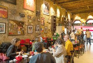 Varias personas comparten en el bar Cine Botequin, el 5 de octubre de 2021, en Río de Janeiro, Brasil.