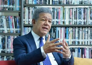 El tres veces presidente de la República Dominicana Leonel Fernández habla con Efe durante una entrevista este 30 de junio de 2020, en Santo Domingo.