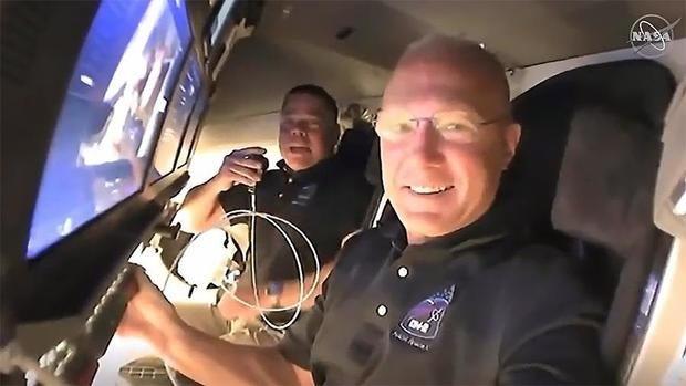 Astronautas de la NASA Robert Behnken y Douglas Hurley a bordo de la misión SpaceX Demo-2 de la NASA acercándose al muelle de la Estación Espacial Internacional, EEI.