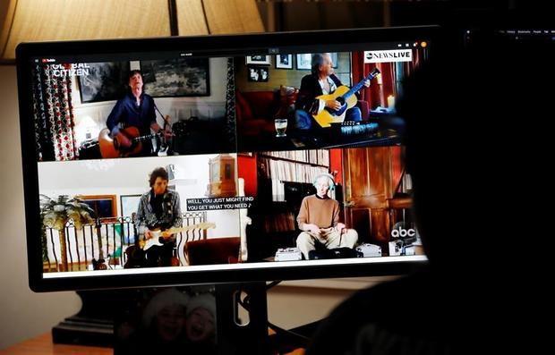 La estudiante de segundo año de la universidad Abby Campbell trabaja en la tarea a través del aprendizaje remoto mientras observa a la banda estadounidense The Rolling Stones actuar durante la transmisión de One World: Together At Home en Norfolk, Massachusetts, EE. UU.