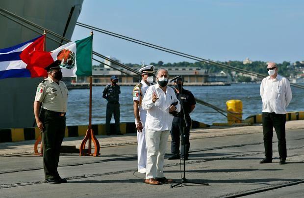 El embajador de México en Cuba, Miguel Díaz Reynoso (c), habla durante la llegada de un barco con ayuda humanitaria desde México, hoy, en La Habana, Cuba.