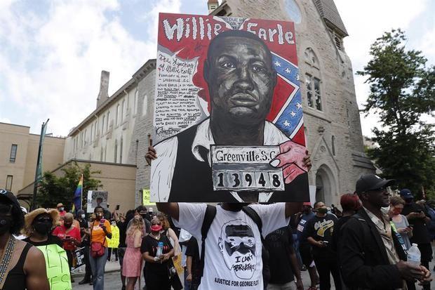 Decenas de manifestantes fueron registrados este lunes al exigir una reforma policial y el fin de la violencia racial en Estados Unidos, en Atlanta (Georgia, EE.UU.)