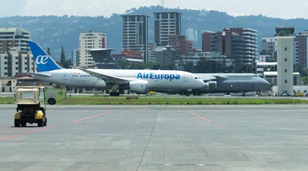 Imagen de un vuelo en el Aeropuerto Internacional de La Aurora, en la ciudad de Guatemala. La terminal aérea reabrió, tras la suspensión por la emergencia sanitaria ante la pandemia del Covid-19.