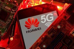 Un teléfono con el logotipo de Huawei y 5G en la placa base de una PC.